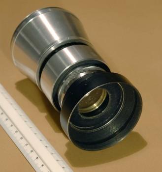 Svépomocí vyrobený portrétní objektiv f 150 mm pro 6x6 zrcadlovku Primarflex typu periskop, se světelností omezenou krycí clonou na 1:4,5. Taková přirozeně měkká kresba s pozvolným nástupem neostrosti se ovšem zamatlanou čočkou nebo filtrem docílit nedá...